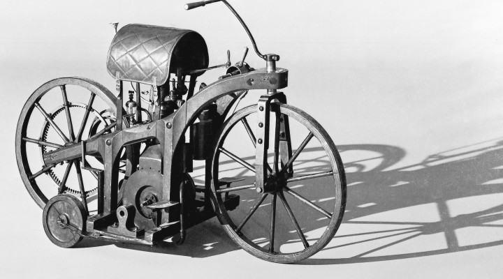 Cual fue la primera moto del mundo?