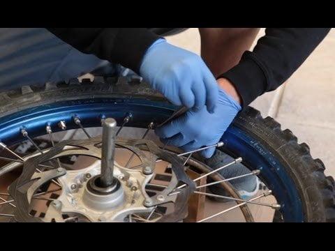 ¿Cómo quitar el neumático delantero de tu moto?