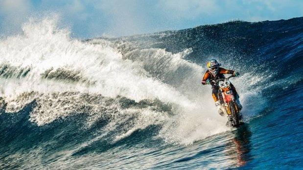 ¡Surfea en las olas más grandes del mundo sobre una moto!