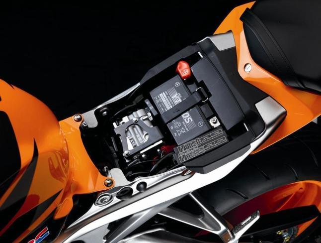 ¿Cómo arreglar la batería de una moto que no carga?