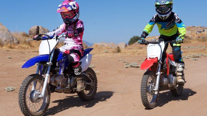 Anime a los niños a andar en motocicletas