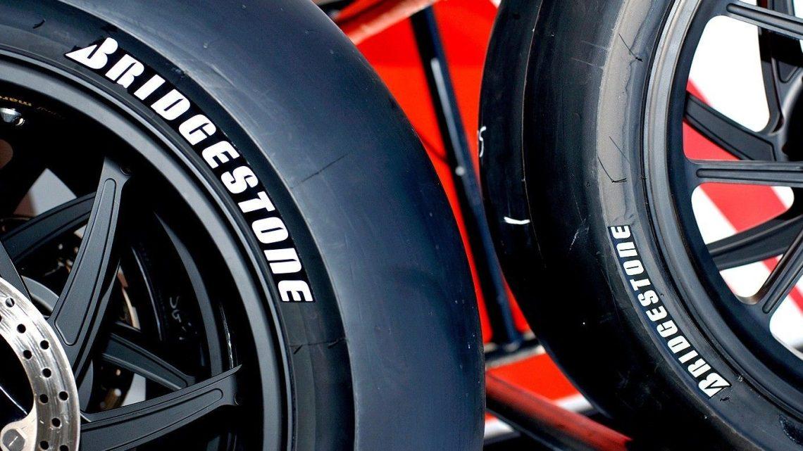 ¿Qué sucede cuando instala neumáticos más anchos en su motocicleta?