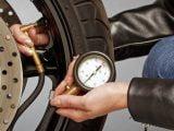 ¿Cómo controlar la presión de los neumáticos de su moto?